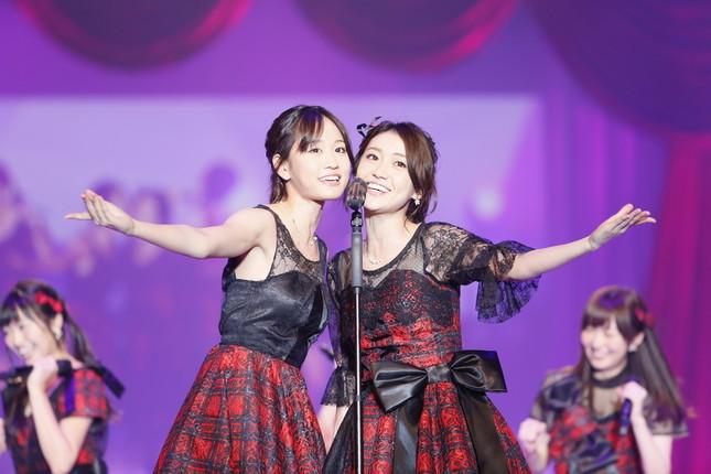 久々に前田敦子さん(左)と大島優子さん(右)がステージ上で共演した (c)AKS