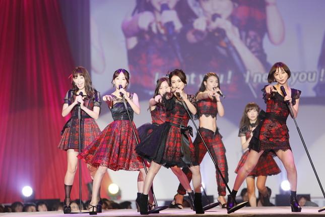 大島優子さんがセンターポジションの「ヘビーローテーション」も披露された(c)AKS