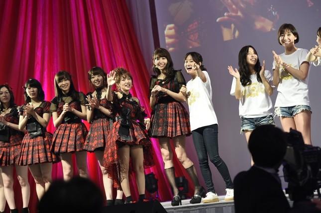 前田敦子さんら初期メンバーは「古参ファン」を見つけて再会を喜んでいた (c)AKS