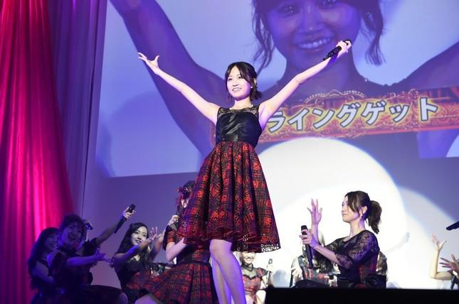 「フライングゲット」を披露するAKB48メンバー。久々に前田敦子さんがセンターポジションを務めた(c)AKS
