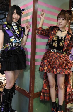 AKB48劇場の柱には1年に1本テープが増える。10本目のテープが貼られ、劇場開設から丸10年を迎えた (c)AKS