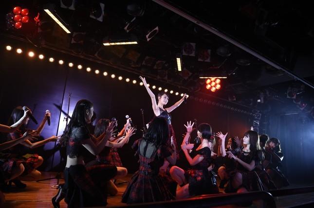 記念公演には卒業生の前田敦子さん(中央)もかけつけた (c)AKS