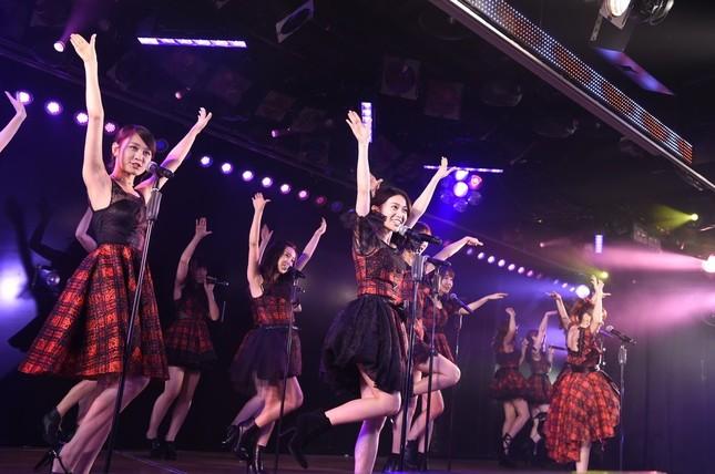 卒業生の大島優子さんはセンターポジションで代表曲「ヘビーローテーション」を歌った (c)AKS