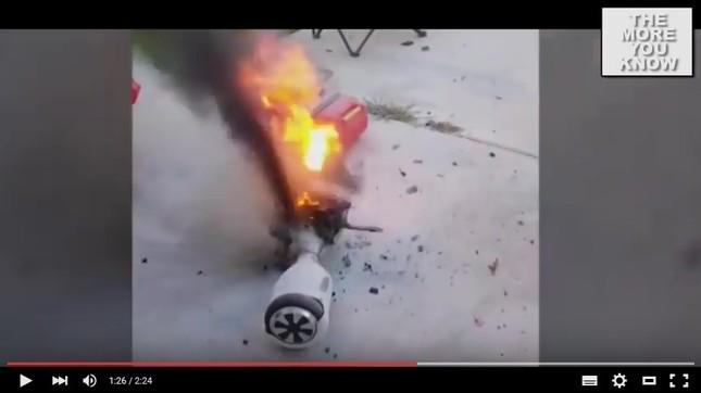 人気の「ホバーボード」爆発、炎上も・・・ (画像はYouTube動画のスクリーンショット)