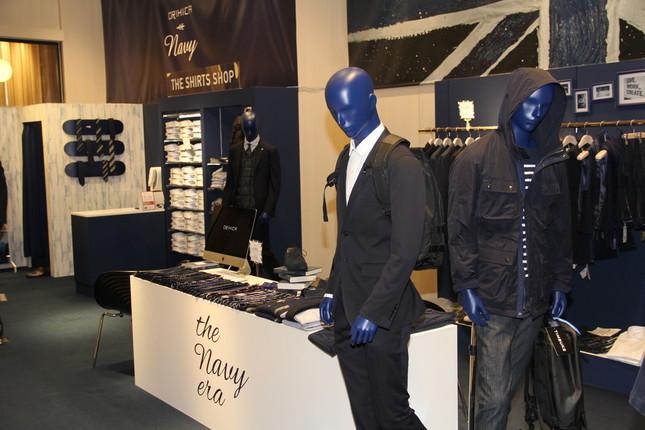 市場の縮小が続く紳士服店は他業界進出で生き残りを図る(写真はAOKI「オリヒカ」ブランドのイベントの模様 2015年10月撮影)