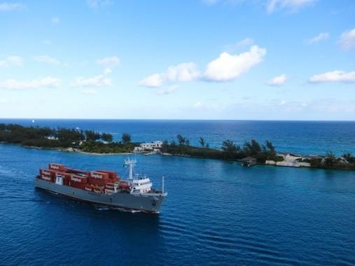 島国・日本では、貨物船による輸送が重要な役割を担っている