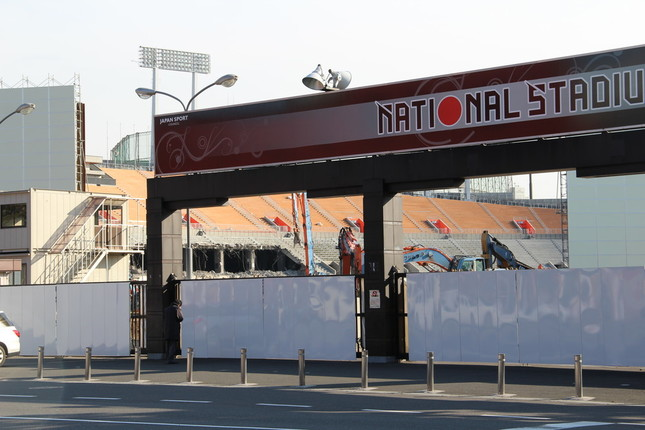 国立競技場の後継スタジアム、無事に完成するか(取り壊しの様子。3月撮影)