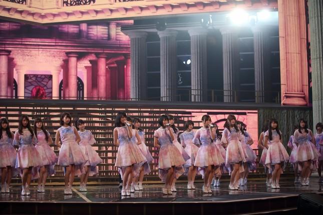 乃木坂46は代表曲「君の名は希望」を披露する