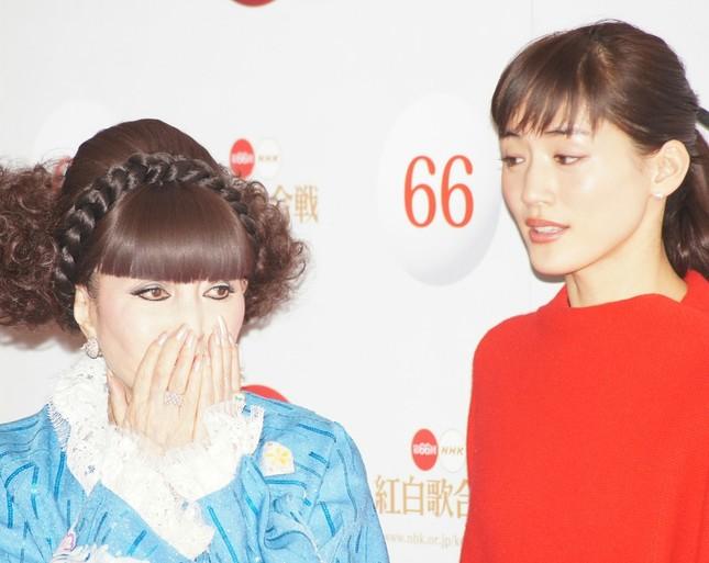 綾瀬さん(右)は「飲んでたやつですっ」と制止