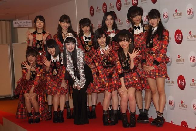 高橋みなみさん(前列左)にとっては最後の紅白。プリンセス天功氏(前列中央)がイリュージョンを監修している
