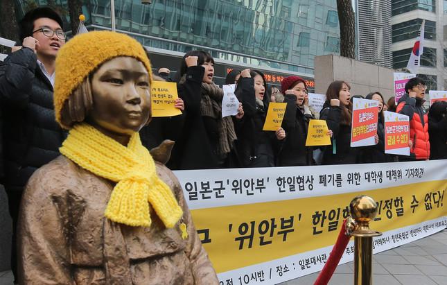 日本大使館前の慰安婦像の扱いが焦点だ(写真:YONHAP NEWS/アフロ)