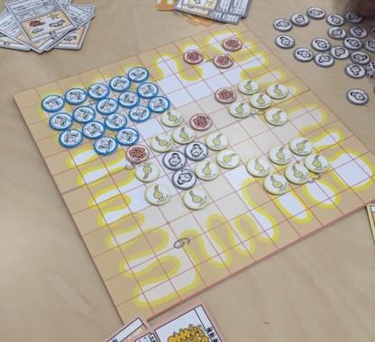 陣取りバトルのボードゲーム「バクテロイゴ」(プレスリリースから)