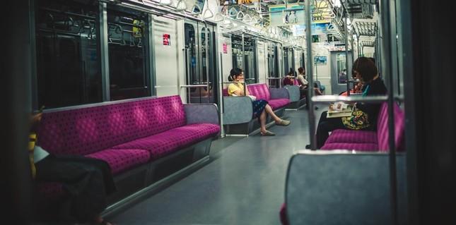 地下鉄の中で堂々とズボンとパンツを降ろし下半身を露出。警察は動くのか?(写真はイメージ)