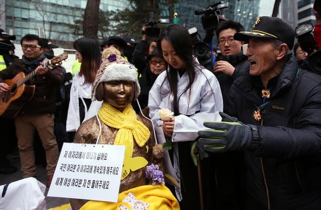 ソウルの日本大使館前の慰安婦像の問題が日韓首脳の電話会談でも取り上げられた。1月6日にも集会が開かれたばかりだ(写真:YONHAP NEWS/アフロ)