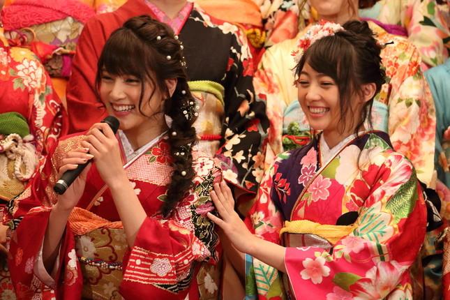 笑顔を見せる入山杏奈さん(左)と木崎ゆりあさん(右)