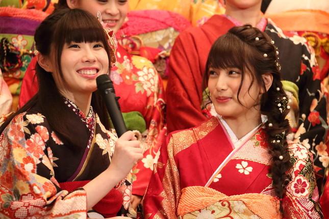 SKE48・谷真理佳さん(左)はAKB48・入山さんにマイクを向けながら大喜びしていた