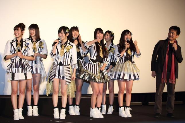 HKTメンバーの登場に驚くNMBメンバー。右端は舩橋淳監督
