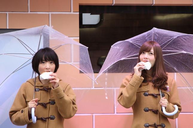 定番の「チョコオールドファッション」をほおばる生駒里奈さん(左)と白石麻衣さん(右)