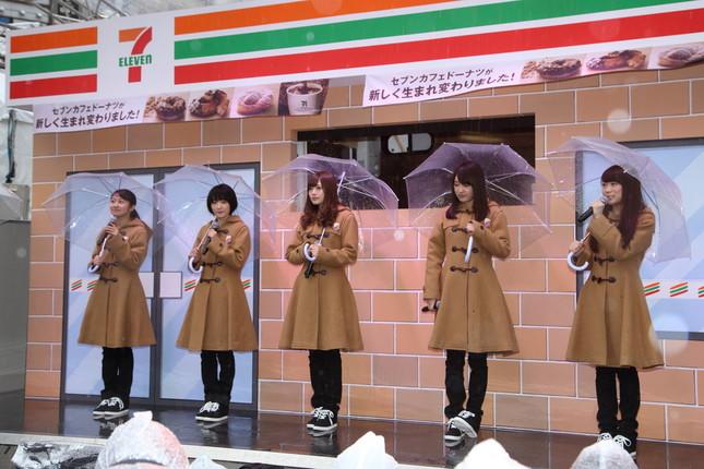 乃木坂46のメンバーは傘を片手にイベントに臨んだ
