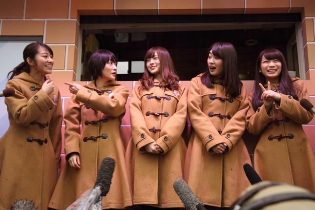 囲み取材に応じる乃木坂46のメンバー