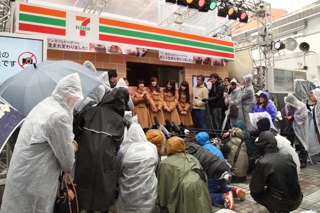 報道陣は雨がっぱで取材に臨んだ