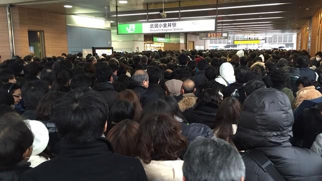 18日朝の武蔵小金井駅は、「会社員」ですし詰め状態(2016年1月18日J-CASTニュース撮影)
