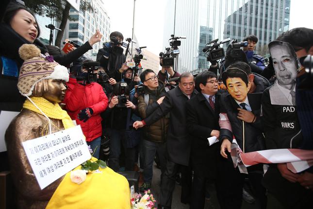 日韓合意後、かえってソウルの日本大使館前のデモは激化した(写真:YONHAP NEWS/アフロ)