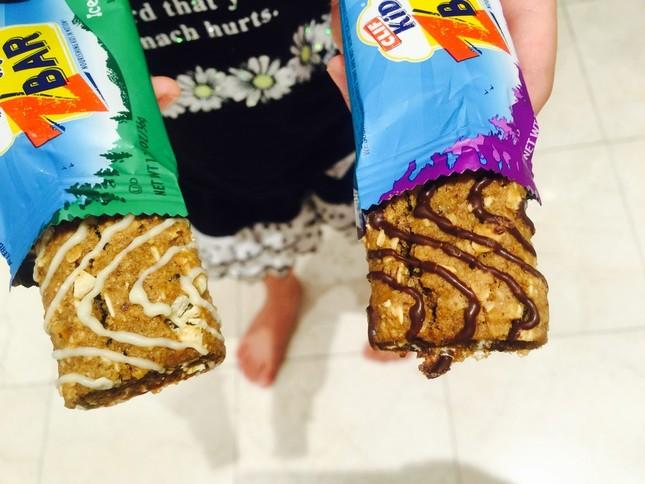 子ども向けの、オートミールクッキー味(左)とチョコレートチップクッキー味