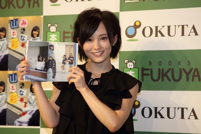 写真集のお気に入りのページを披露するNMB48の山本彩さん
