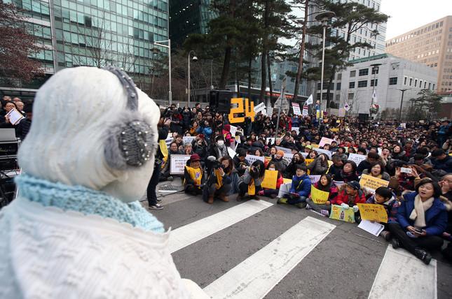 ソウルの日本大使館前では合意の無効を主張するデモが続いている(写真:YONHAP NEWS/アフロ)