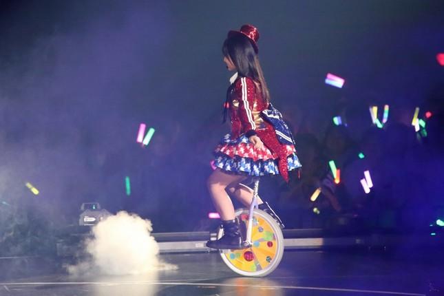 矢吹奈子さんは一輪車でステージに登場