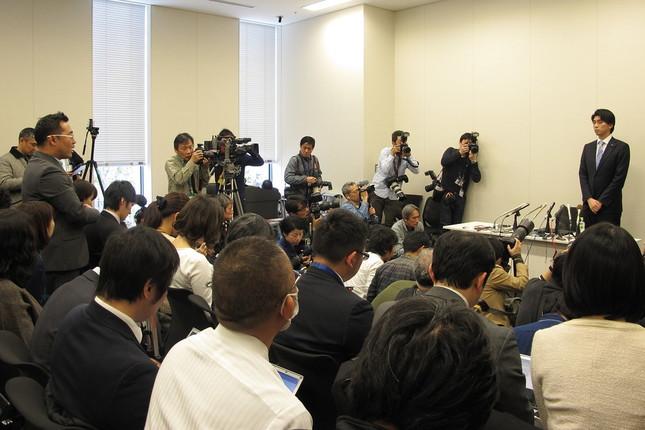 記者会見では文春記者(左)と宮崎謙介衆院議員(右)が「直接対決」した(写真は2016年2月12日撮影、以下同)