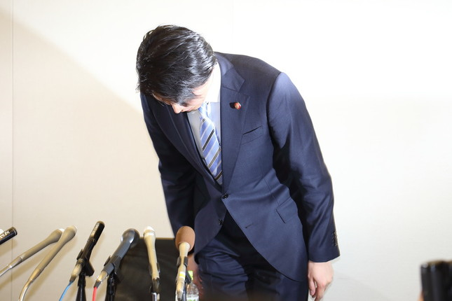 宮崎謙介衆院議員は記者会見で何度も頭を下げた