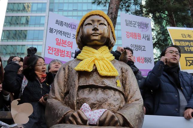 毎週水曜日にはソウルの日本大使館前で慰安婦問題をめぐるデモが行われている(写真:YONHAP NEWS/アフロ)