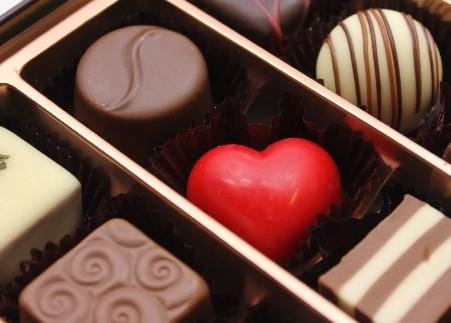 バレンタイン前日、手紙にチョコを添えて配布した(画像はイメージ)