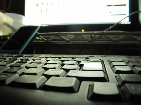 何を考えてパソコンで書き込み?(写真はイメージ)