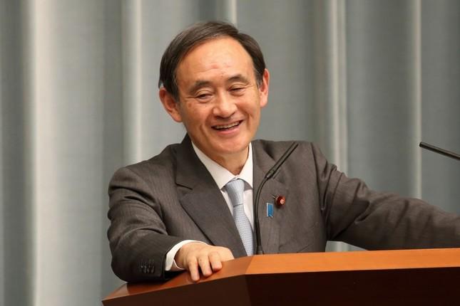 定例会見で笑顔を見せる菅義偉官房長官