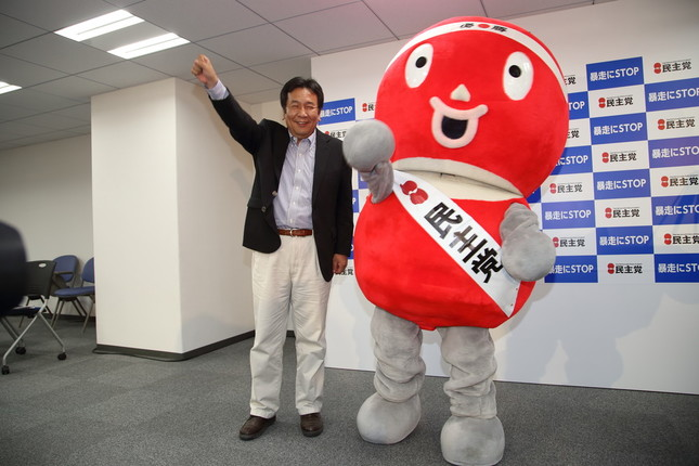 枝野幸男幹事長と「頑張るぞー」(2015年8月の公認会見で撮影)