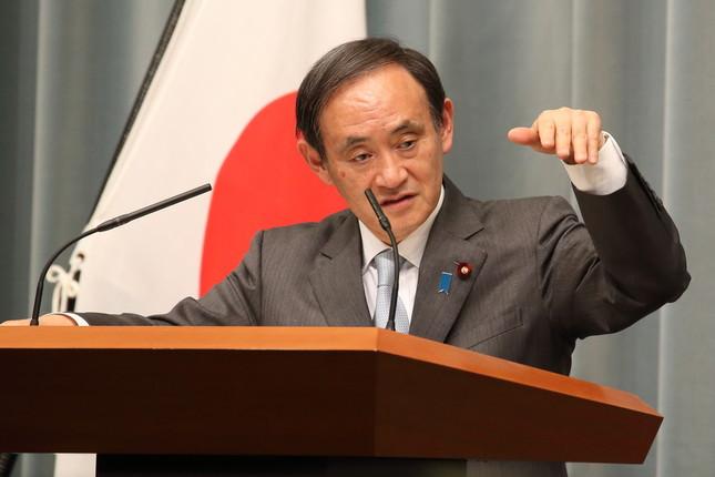 菅義偉官房長官は、過去の消費税率引き上げで「結果として税収が下がってきた」とジェスチャーを交えて説明した