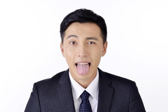 「べ~」の発声で思いっきり舌を突き出す(写真はイメージです)