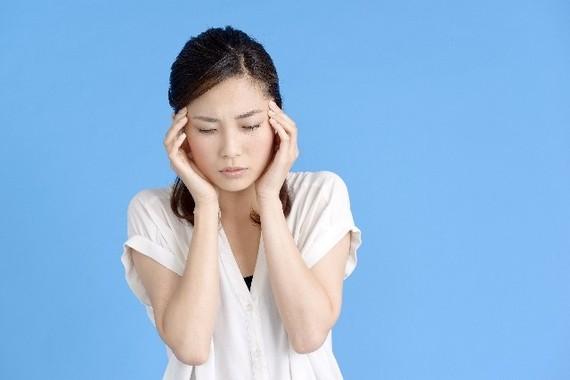 女性に多く、症状は頭痛やけいれん、半身まひ(写真はイメージ)