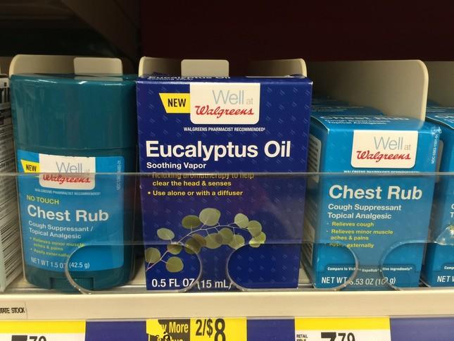 胸に塗って咳を鎮める。写真左の製品が、手を汚さずに塗れるタイプで、約8ドル(約910円)
