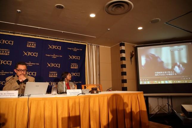 会見する石丸次郎氏(左)。協力者が撮影した北朝鮮国内の様子が流された