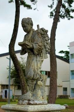 立って本読む「金次郎像」は教育的に問題あり?
