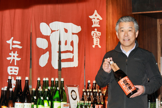 英国の審査会で金賞を獲得した「自然酒 燗誂」を手にする馬場幹雄さん