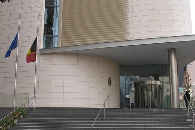 ベルギー大使館では半旗が掲げられた
