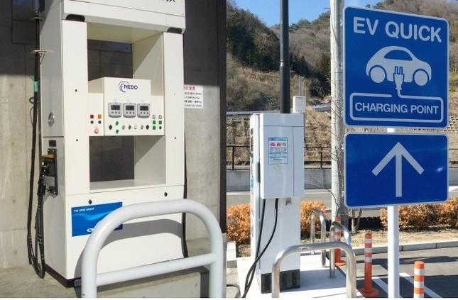 水素ステーション(左)は、数の上で電気自動車の充電器(右)に大きく水をあけられている