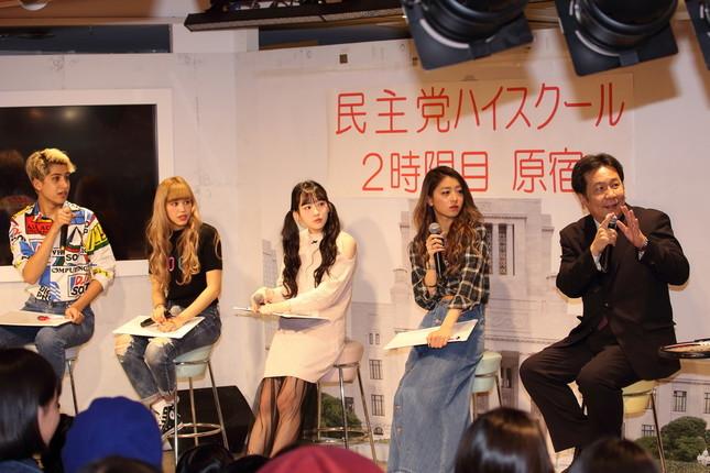 枝野幹事長(写真右)は若者を前にして終始上機嫌だった