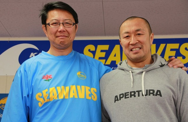 釜石シーウェイブスを支える桜庭吉彦さん(左)と伊藤剛臣選手