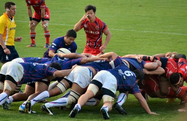 スクラムで奮闘する青のユニフォームのシーウェイブスの選手たち(2015年10月31日、秩父宮ラグビー場観客席より撮影)